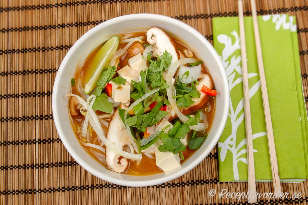 vegetarisk soppa med nudlar