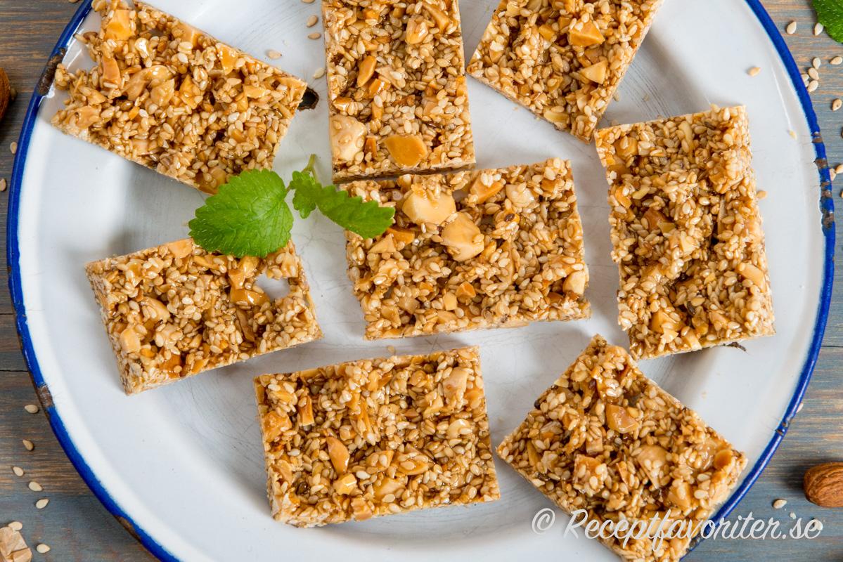 Baka egna sesamkakor eller Alexandriakakor med sesamfrön, honung och mandel.