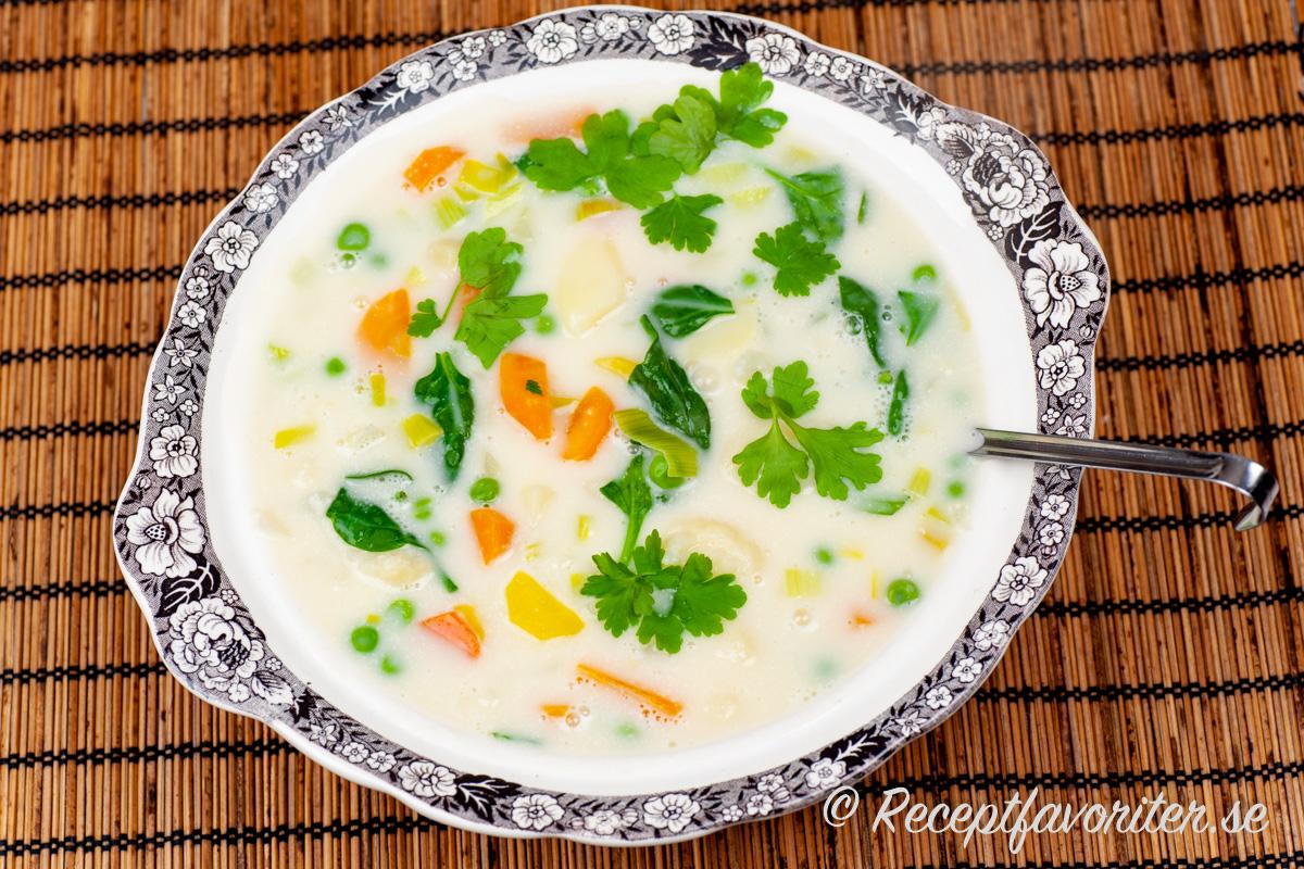Gillar du grönsaker i en redd soppa så är Ängamatsoppa för dig.