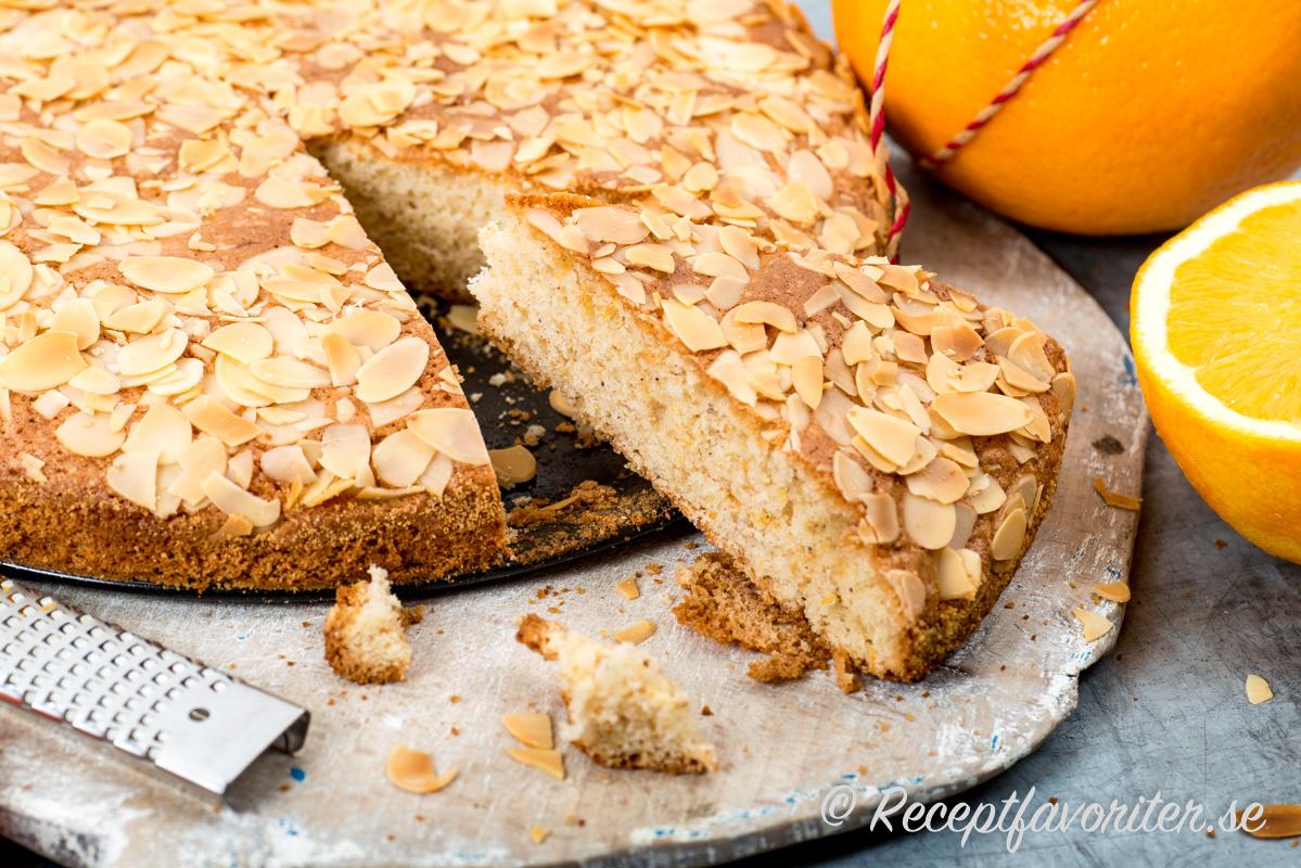 En mjuk kaka som får aromatisk fyllig smak av rivet apelsinskal och färskpressad apelsin.