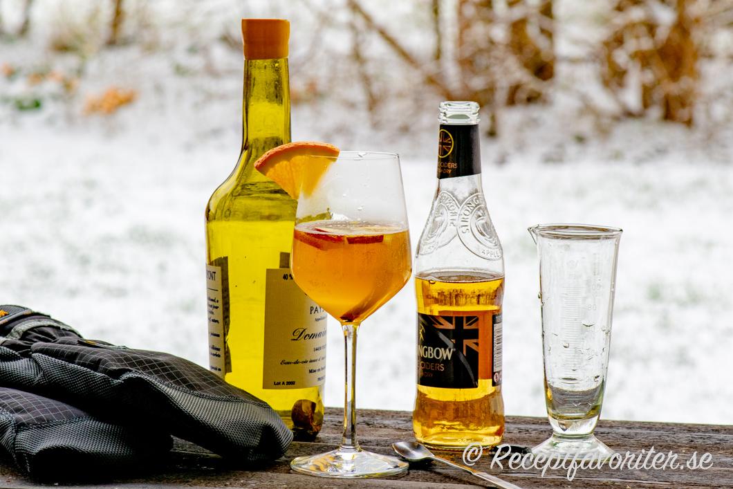 Drink med cider och calvados i glas