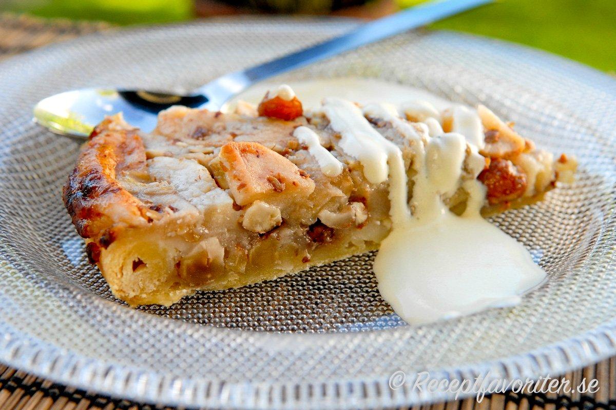 Äppel- och hasselnötskaka med vaniljsås