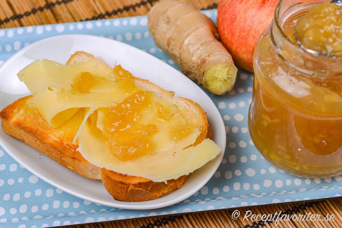 Äppel och kryddig ingefära passar mycket bra ihop - ovan äppel- och ingefärsmarmeladen på en rostmacka med smör och ost.
