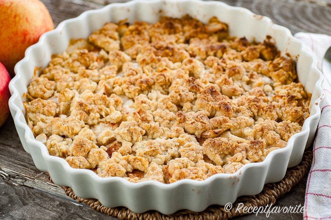 Äppelpaj med havregryn i smuldegen bakad i pajform