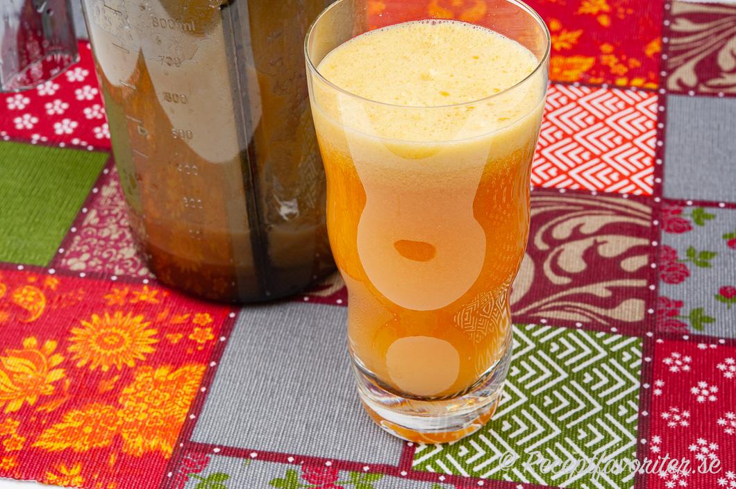 Nypressad äppelråsaft från råsaftcentrifug i glas