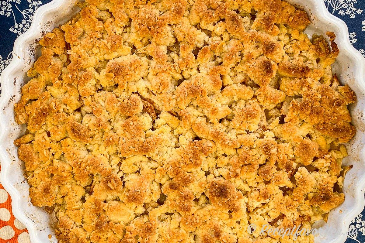 Äppelpaj med lite havregryn i smuldegen samt lite extra socker