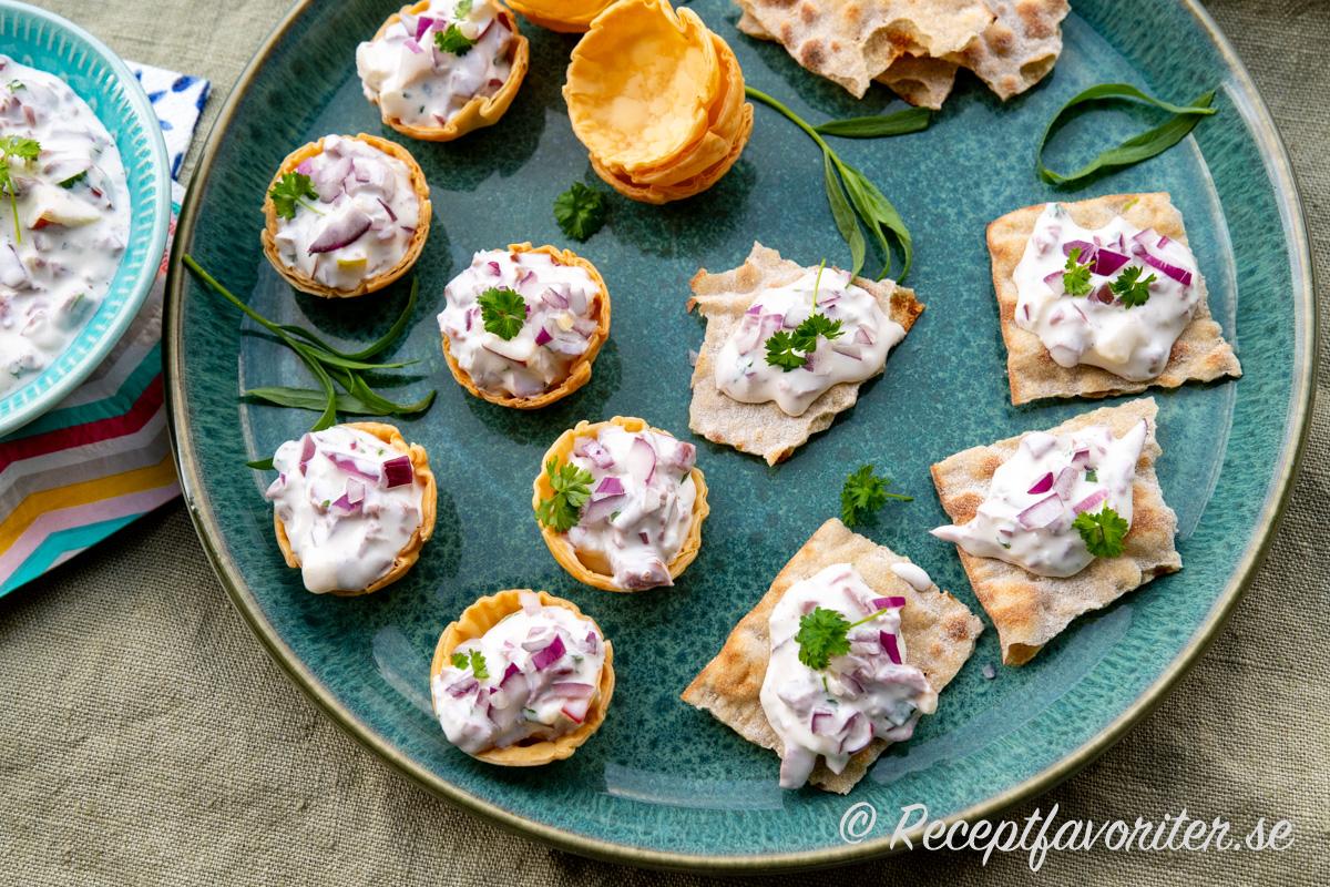 Dovhjortsröran serverad i skål med filokrustader samt tunnbröd som man fyller och toppar till servering eller så kan gästerna ta själva.