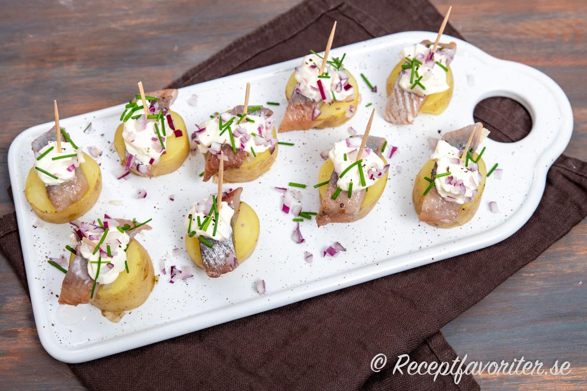 Kokt fin potatis med salt smakrik matjessill, krämig crème fraiche och söt aromatisk rödlök samt frisk gräslök.