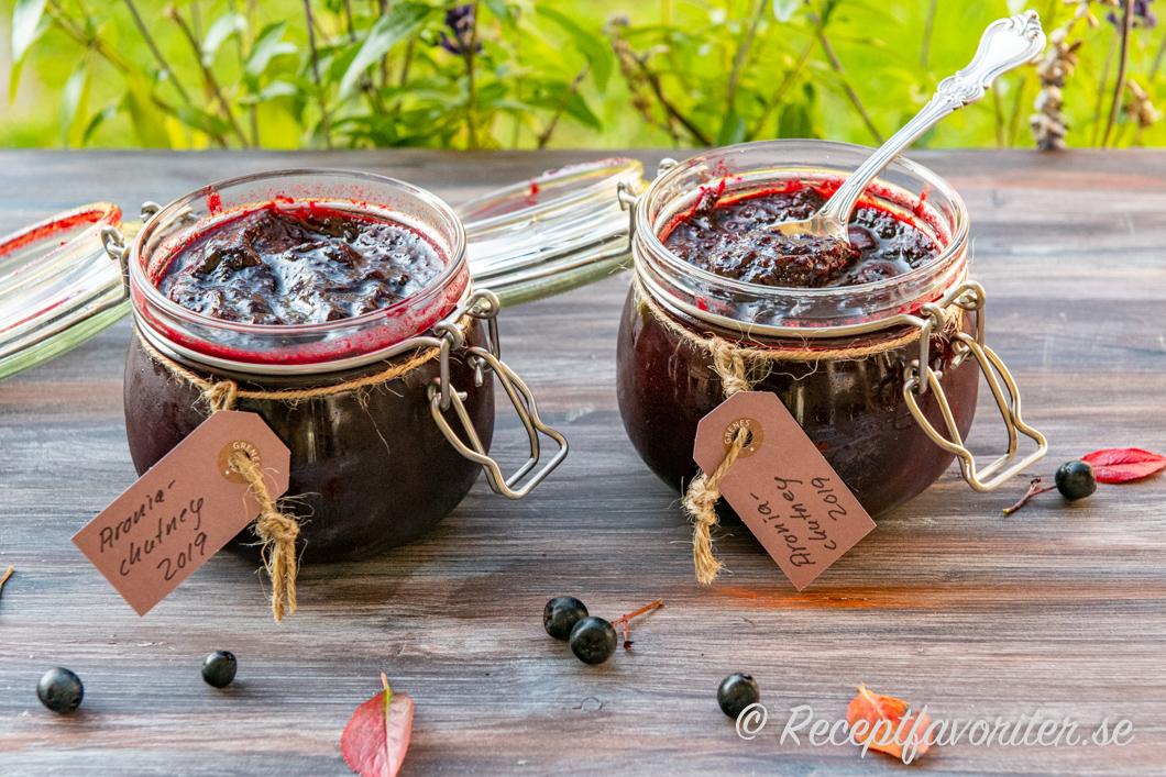 Hemkokt chutney med aroniabär och äpple i burkar