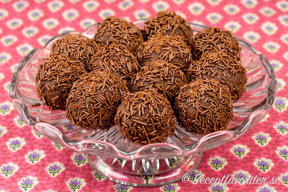 Gör egna arraksbollar och rulla i chokladströssel.
