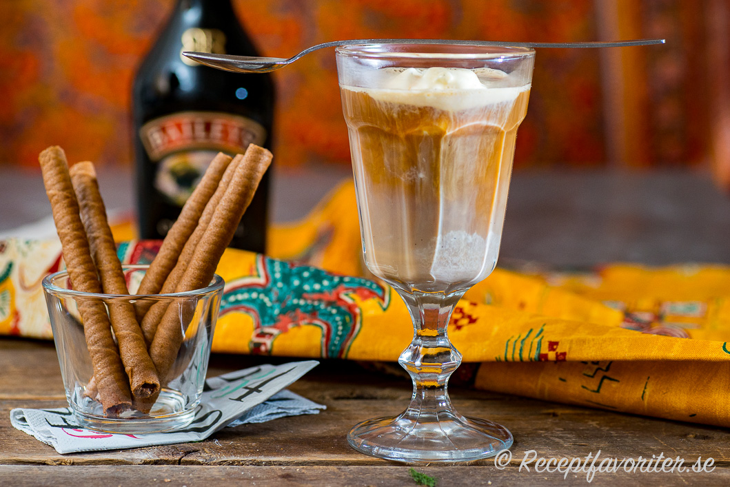 Ett glas med kaffe, Baileys och glass serverat med glassrån