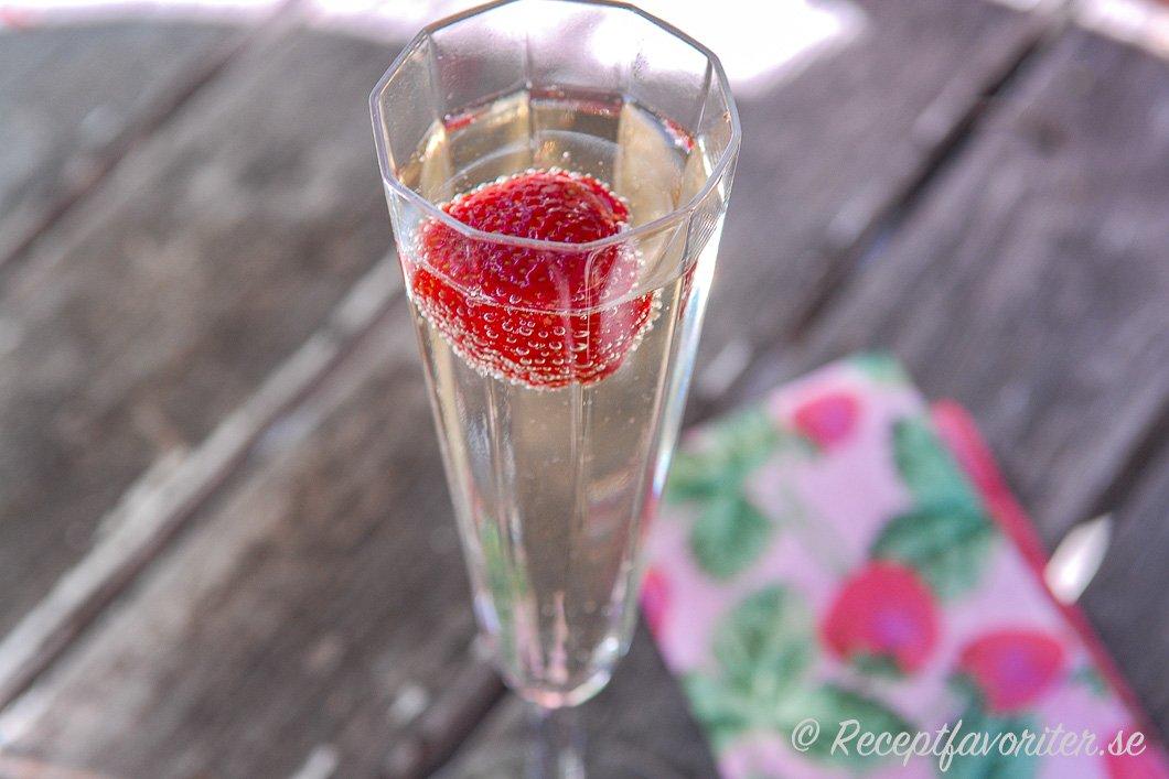 Ett glas läskande Champagnebål med jordgubbe