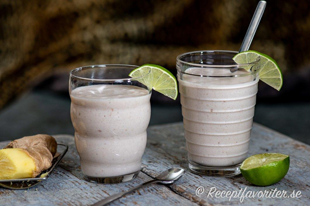 Banan och kokossmoothie med lime och ingefära i glas