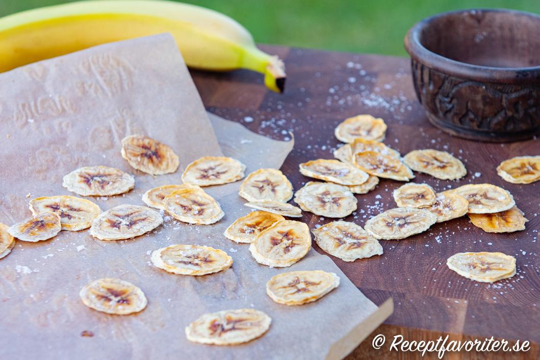 Hemgjorda chips av vanlig banan.