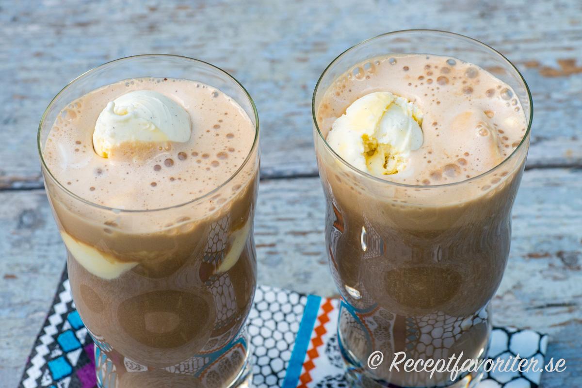 Milkshake med mixad banan och kaffe toppad med vaniljglass.