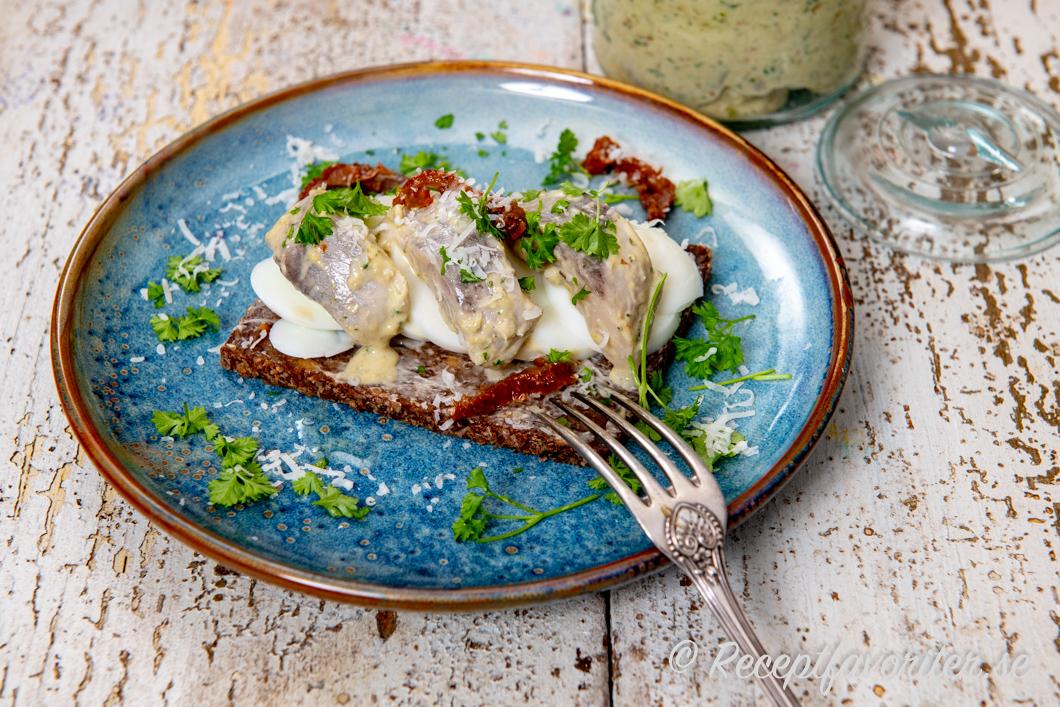 Sillsmörgås med basilikasill, kokt ägg och soltorkad tomat