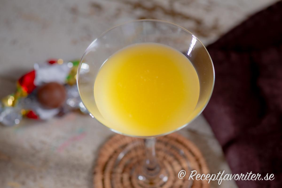 Bee´s knees är en av många klassiska cocktails som är utvald av IBA - International Bartenders Association - som man kan tävla med i World Cocktail Competition i bartending.