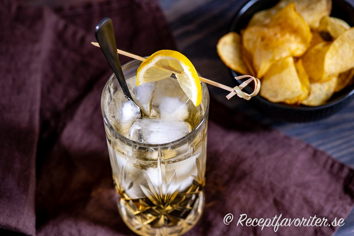 Bermuda Highball longdrink med citron, ginger ale och is.