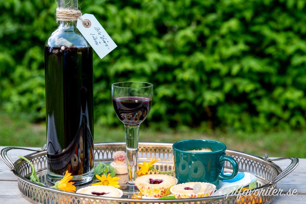 Blåbärslikören serverad till fika med blåbärsgrottor och kaffe