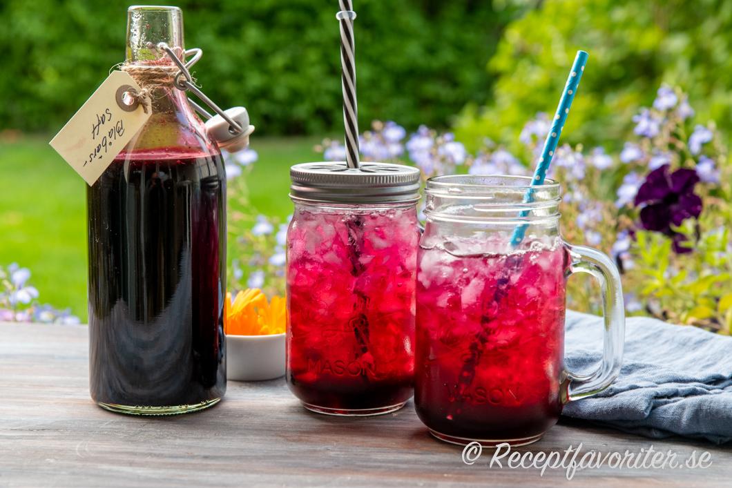 Läskande och svalkande blåbärssaft i glas med krossad is