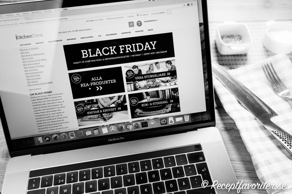 Bild på dator som handlar i köksaffär på Black Friday rean