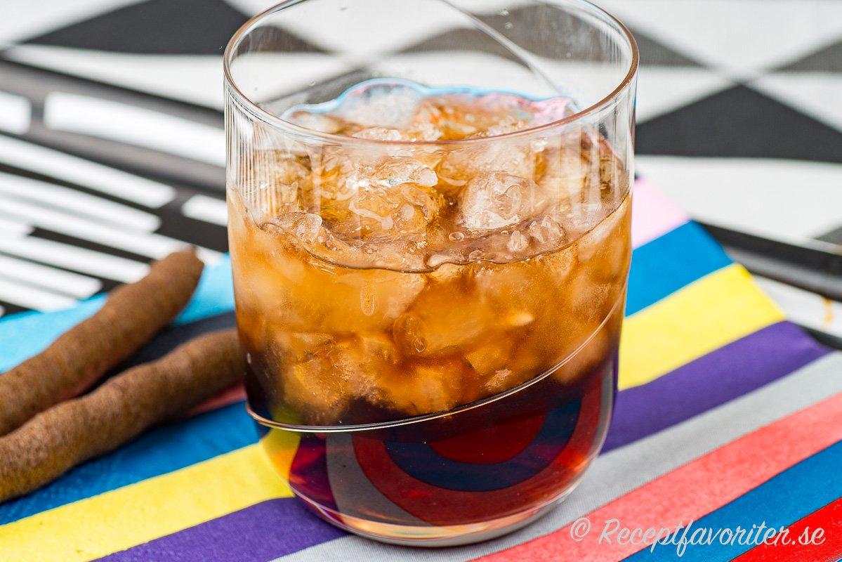 Black Russian drink i glas