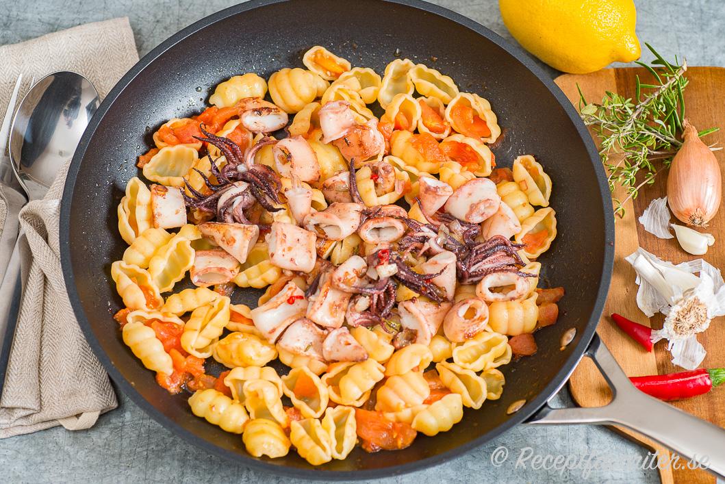 Pasta med bläckfisk, tomat, lök, vitlök, timjan och citron i panna