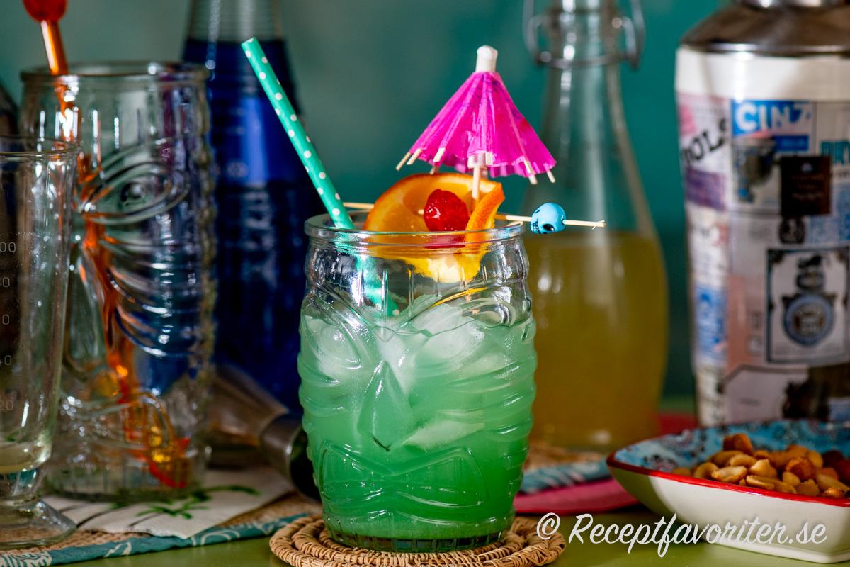Blue Hawaii drink i tiki-glas