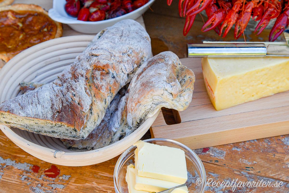 Nybakt spenatbaguette med smör och lagrad ost till kräftskivan.