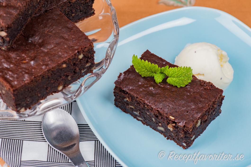 Brownies serverade som dessert med glass och citronmeliss