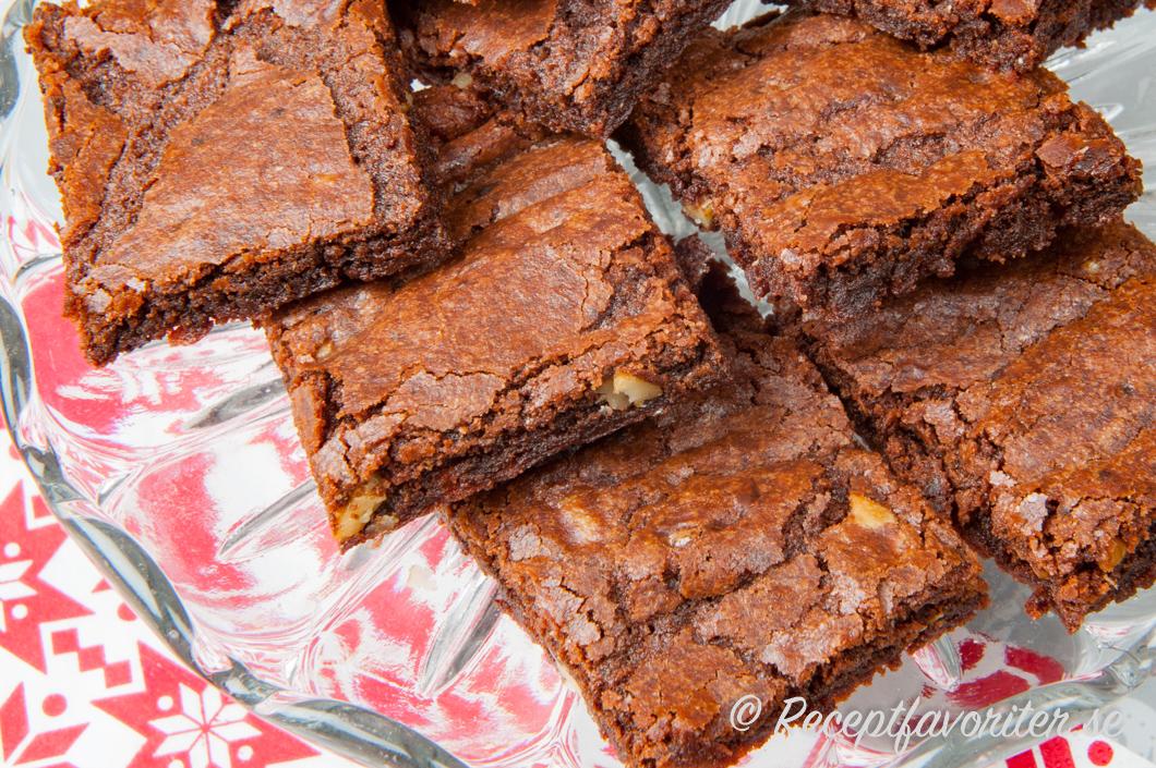 Brownies eller amerikanska chokladrutor på fat