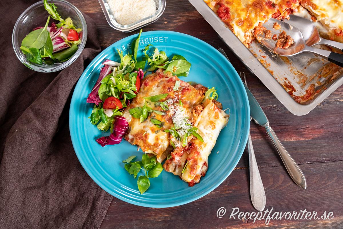 En slags lasagne fast med fyllda pastarör istället för lasagneplattor.