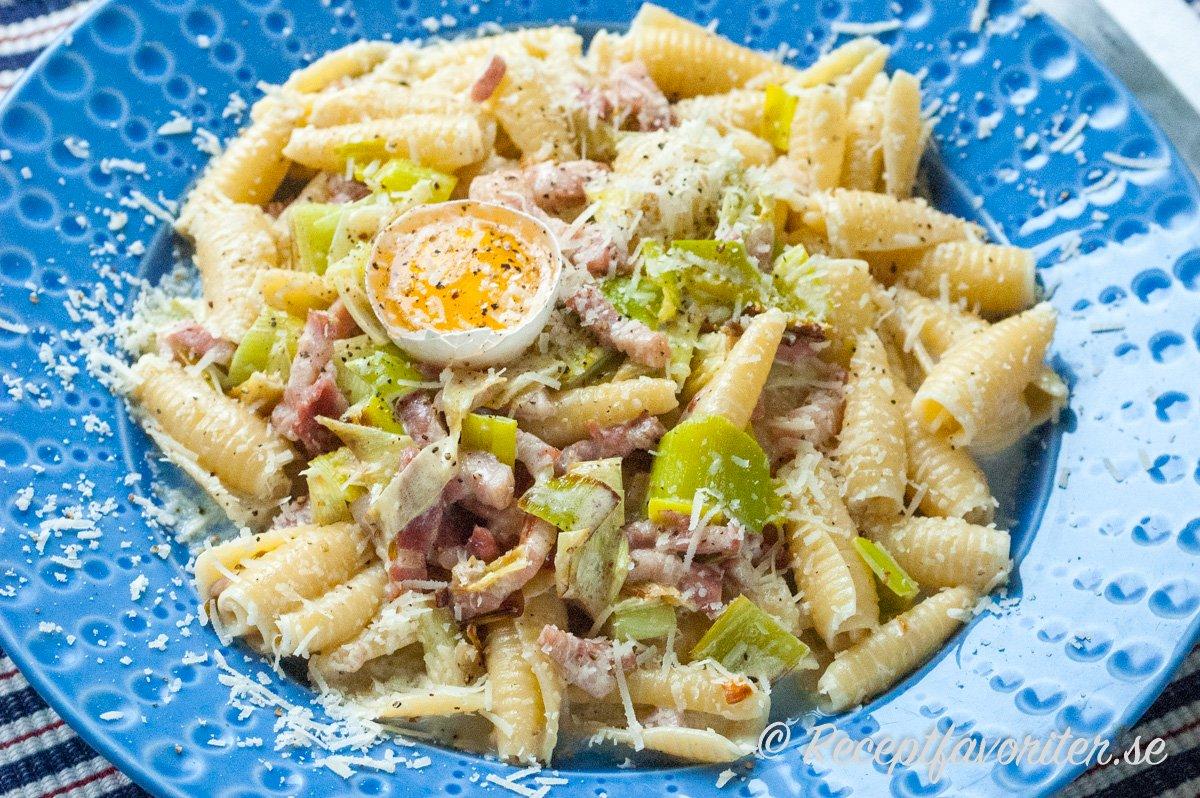 En variant på pasta carbonara med purjolök