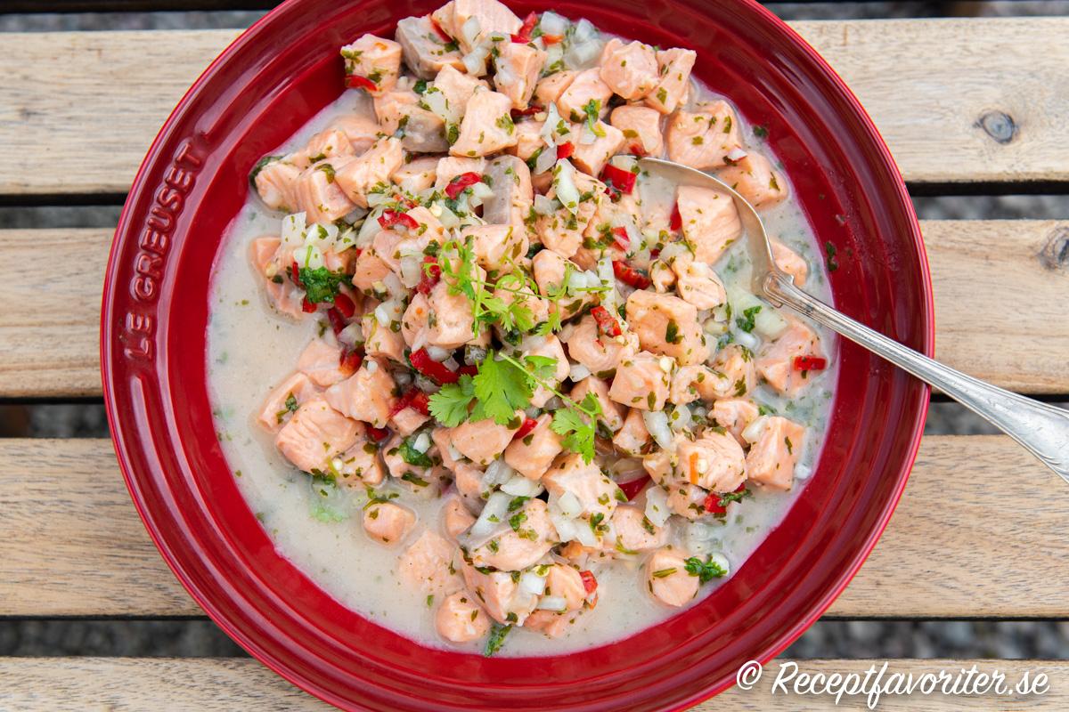 Laxceviche är marinerad lax i lime, vitlök, salt, chili och färsk koriander.