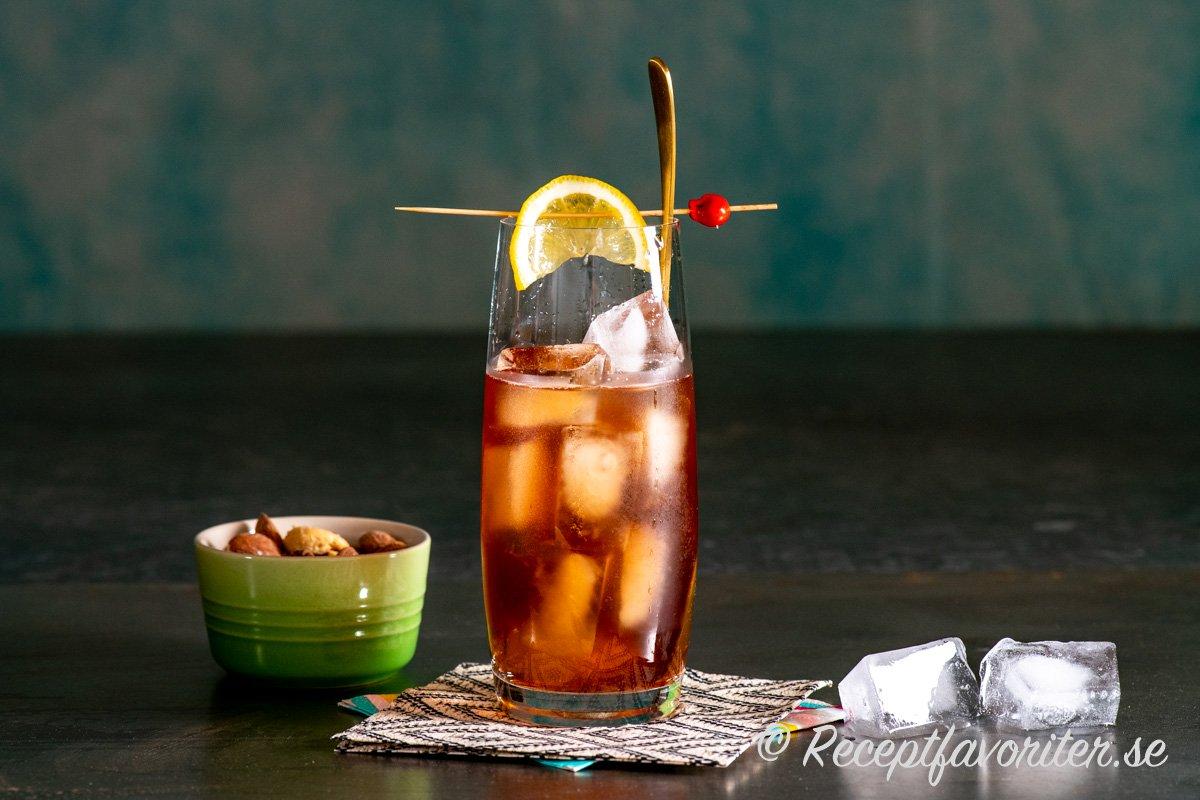 Chimayo drink med tequila och äppelcider som får smak av färskpressad citron och svartvinbär.