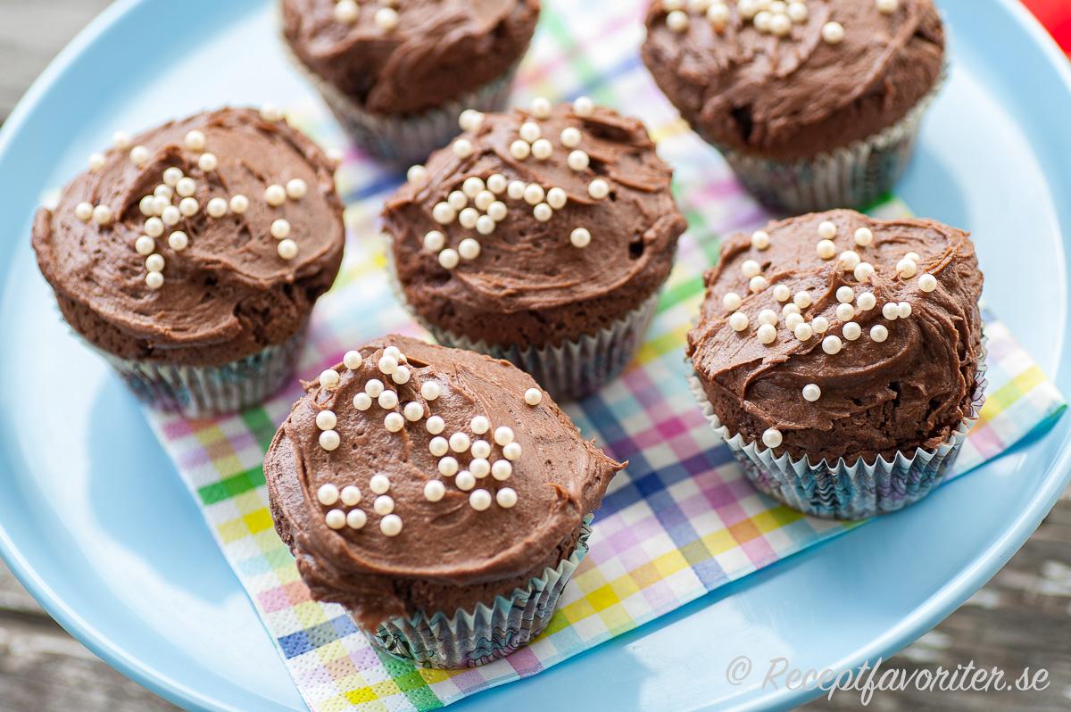 Chokladcupcakes toppade med mockaglasyren på fat