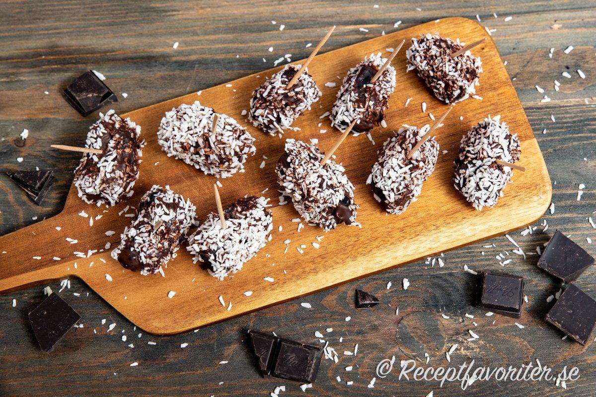 Dadlar, choklad och kokos blir ett gott godis