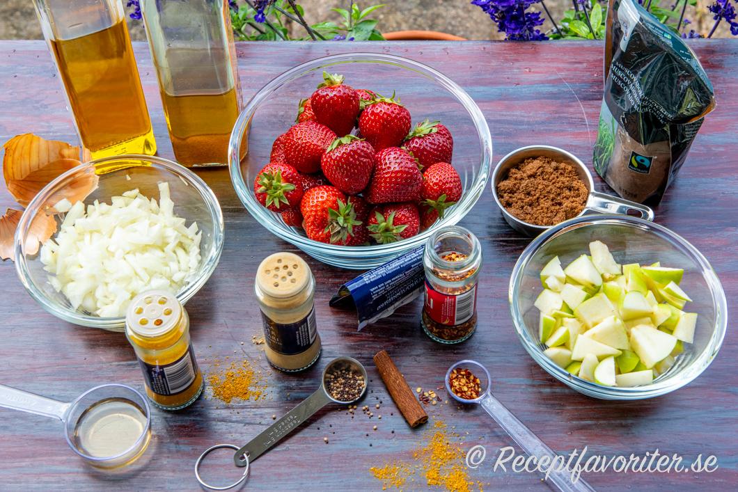 Ingredienser till jordubbschutney