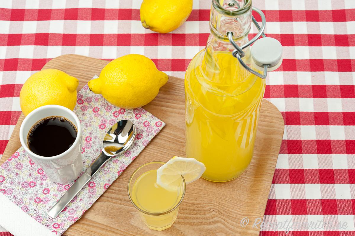 Citronlikör i flaska och glas