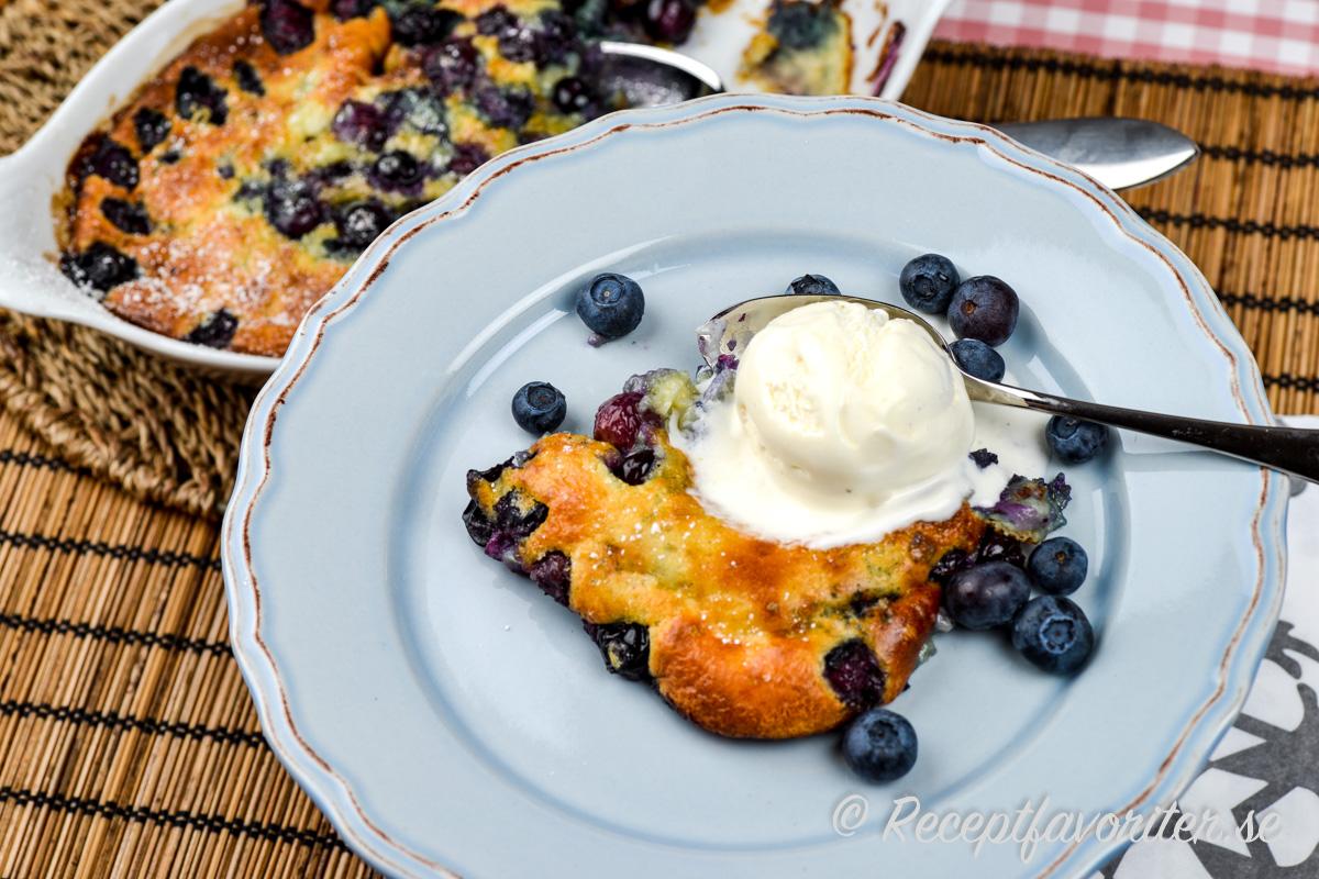 Clafoutis är god att servera varm med vaniljglass på toppen samt färska blåbär runt.