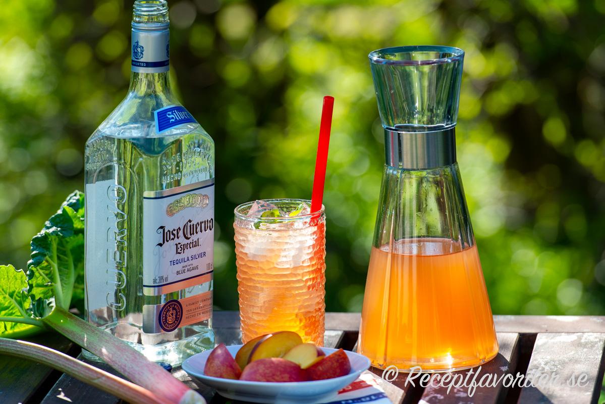 Rabarbercocktail blandad med rabarberbål, ljus tequila, is och mynta.