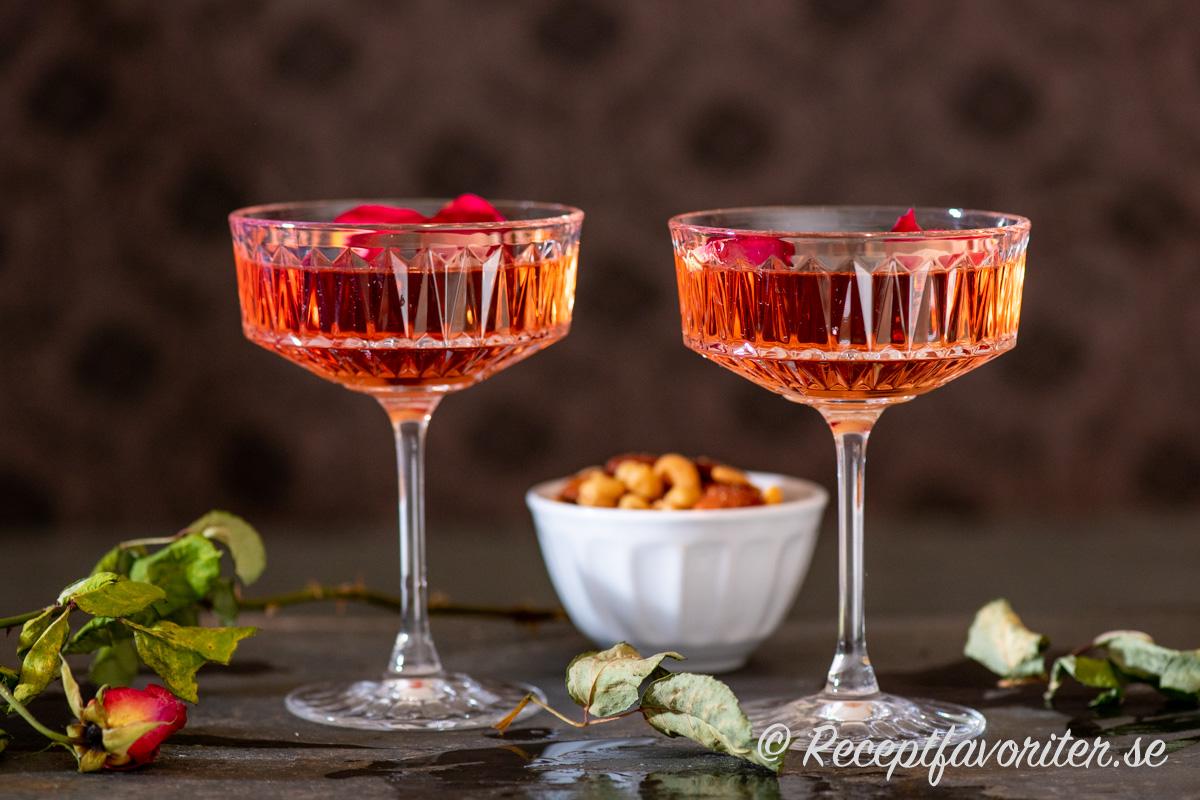 Rosévin blir en god cocktail skakad med is, apelsinlikör och rosenvatten.