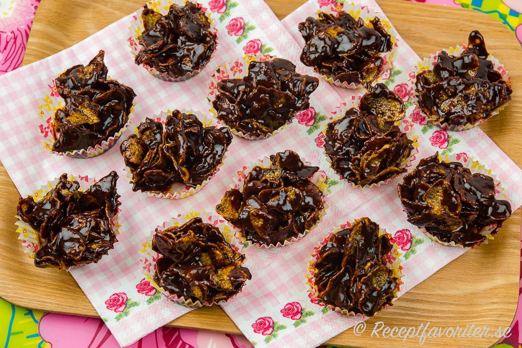 Cornflakes- och chokladkakor i formar på bricka