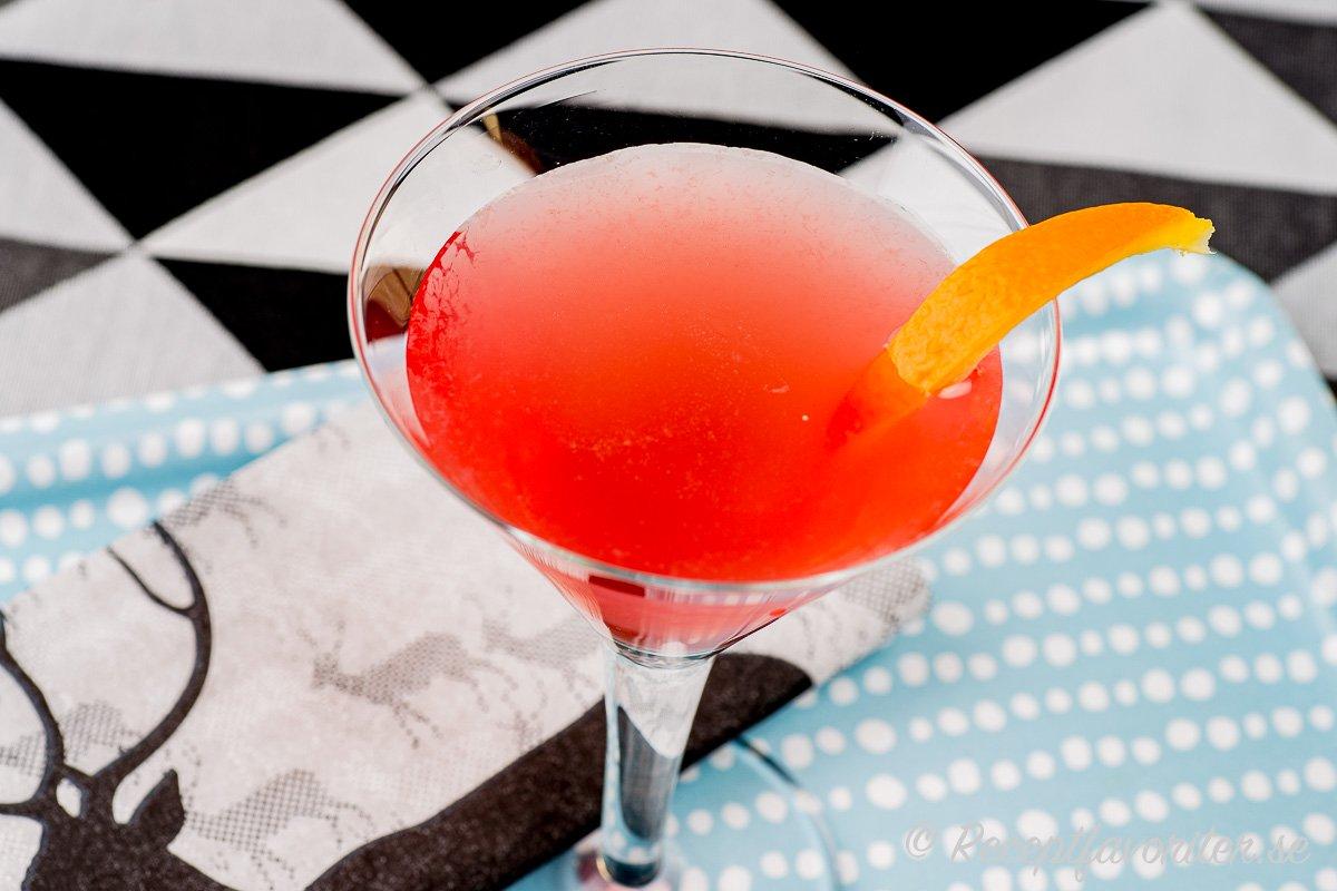 Cosmopolitan som cocktail i kylt glas.