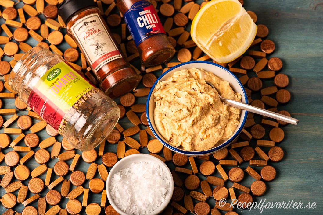 Crème fraichesås med smakrika soltorkade tomater med ingredienser vid sidan