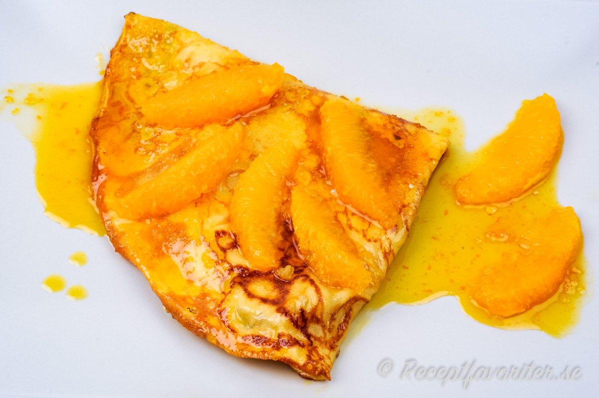 Apelsinsås och apelsinfiléer av färska apelsiner, apelsinlikör som Grand Marnier, konjak samt karamelliserat socker ger smaken.
