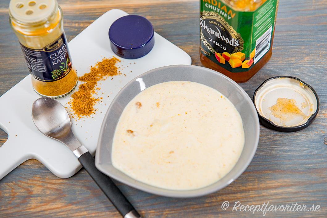 Lättlagad sås med curry och mango chutney