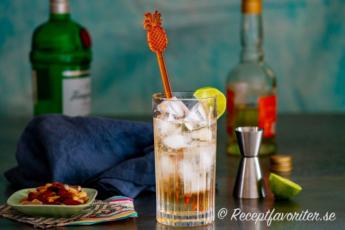 Desert Cooler drink i collinsglas med is och färsk lime.
