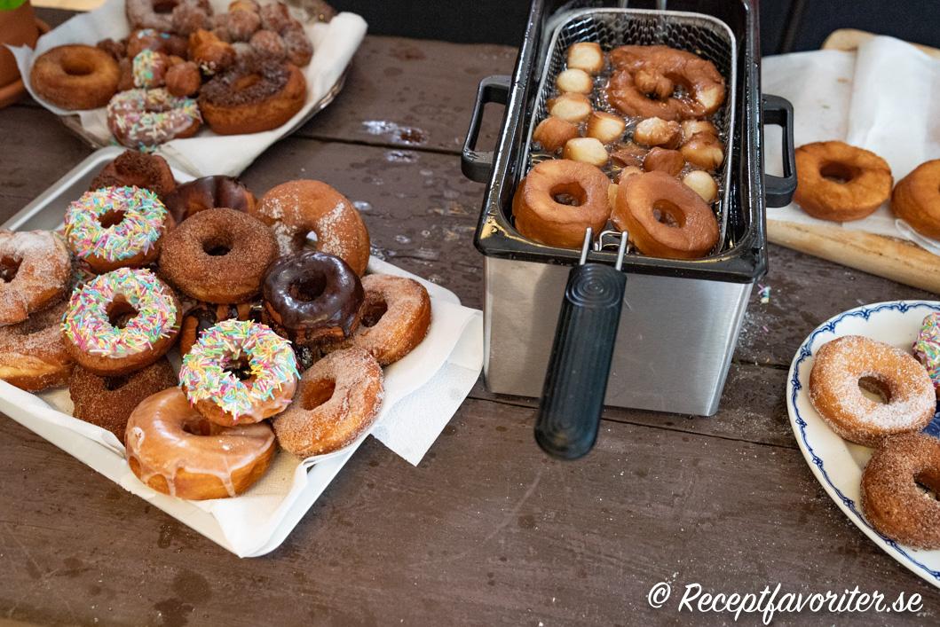 Munkar eller doughnuts som friteras