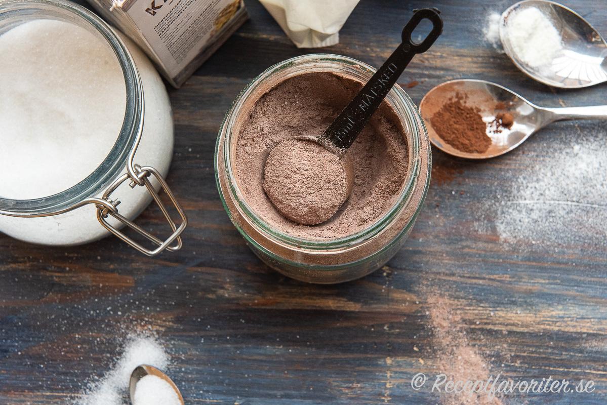 Drickchokladpulvret blandat i en burk